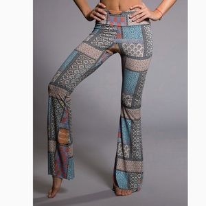 🍁Onzie Flared Yoga Pants Size M/L patch paisley